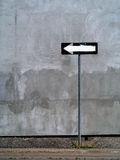 Przeciw ściennemu tłu jednokierunkowego znak Zdjęcia Stock