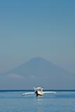 przeciw agung balijczykowi łódkowaty samotny mt Fotografia Royalty Free