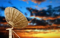 przeciw anteny niebu błękitny satelitarnemu Zdjęcia Royalty Free