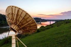 przeciw anteny niebu błękitny satelitarnemu Zdjęcia Stock