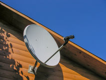 przeciw anteny niebu błękitny satelitarnemu Obrazy Stock