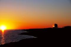 przeciw autobusowemu cho sylwetki wschód słońca turyście Fotografia Stock