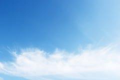 przeciw błękit chmurnieje fantastycznego nieba miękkiego biel Zdjęcie Stock