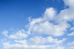 przeciw błękit chmurnieje fantastycznego nieba miękkiego biel obraz stock