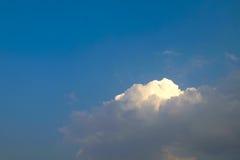 przeciw błękit chmurnieje miękkiego niebo biel Obrazy Stock