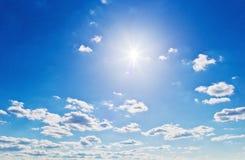 przeciw błękit chmurnieje niebo fotografia royalty free