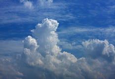 przeciw błękit chmurnieje niebo biel Obrazy Royalty Free