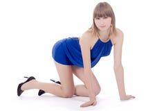 przeciw błękit sukni isol damy pozyci obrazy stock