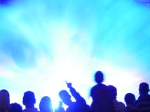 przeciw błękit tłumu zamazujący światło Obraz Stock