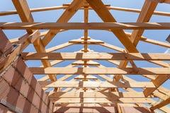 przeciw błękitny budowy ostrości otokowemu domowemu nowemu mieszkaniowemu płytkiemu niebu Dekarstwo budowa przeciw promieniom chm Obrazy Royalty Free