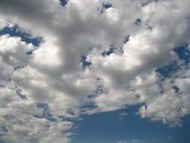 przeciw błękitny chmur płaskiemu niebu obrazy stock