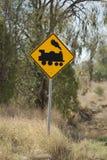 przeciw błękitny nadchodzącemu skrzyżowaniu mechaników kolejowego drogowego setu znaka nieba target275_0_ pociąg ostrzega Obraz Royalty Free