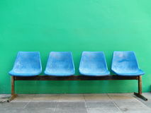 przeciw błękitny zieleni siedzeń ścianie Zdjęcie Royalty Free
