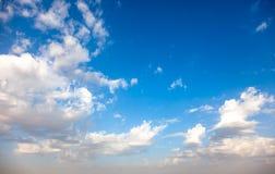 przeciw b??kitny chmur p?askiemu niebu zdjęcie royalty free