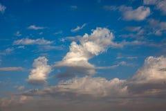 przeciw b??kitny chmur p?askiemu niebu obraz royalty free