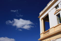 przeciw balkonowemu niebieskiemu niebu zdjęcia royalty free