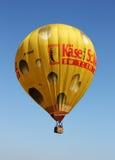 przeciw ballon lotniczemu niebieskiemu niebu zdjęcia royalty free