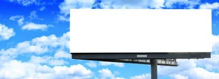 przeciw billboardu pustego miejsca niebieskiemu niebu Fotografia Stock