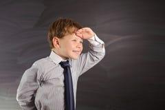 Przeciw blackboard śliczna chłopiec obraz royalty free