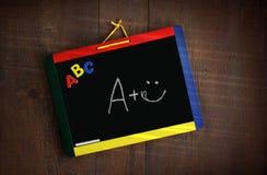 przeciw chalkboard dziecku target1322_1_ s drewno Obrazy Stock