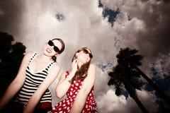 przeciw chmurnemu mody dziewczyn niebu Zdjęcie Stock