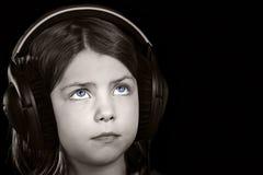 przeciw czarny błękitny dziecku przyglądający się hełmofony Zdjęcie Stock