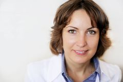 przeciw doktorskiemu żeńskiemu portreta ściany biel Zdjęcia Royalty Free