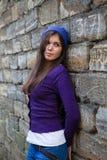 przeciw dziewczyny bzu ścianie Zdjęcia Royalty Free