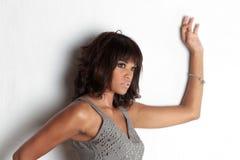 przeciw eleganckiej brunetki ścianie Zdjęcie Stock
