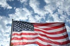 przeciw flaga amerykańskiej niebu Obrazy Royalty Free