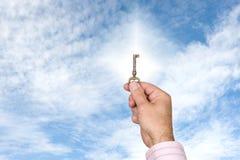 przeciw jaskrawy mienia kluczowego mężczyzna niebu kluczowy Obrazy Royalty Free