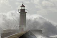 Przeciw latarni morskiej duży fala Zdjęcia Royalty Free