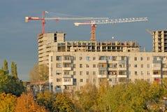 przeciw mieszkania budowy żurawia domowi staremu zdjęcie stock