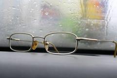 przeciw mokrym szklanym szkłom Obrazy Stock