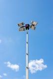 przeciw nieb błękitny szpaltowym oświetleniowym światło reflektorów Zdjęcia Royalty Free