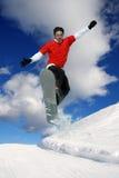 przeciw nieba błękitny skokowemu snowboarder Fotografia Royalty Free