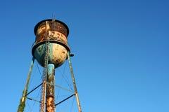 przeciw nieba błękitny staremu ośniedziałemu watertower Obrazy Royalty Free