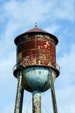 przeciw nieba błękitny staremu ośniedziałemu watertower Fotografia Royalty Free