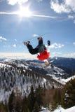 przeciw nieba skokowemu snowboarder Obraz Stock