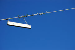 Przeciw niebieskiemu niebu biel prosty znak Obraz Stock