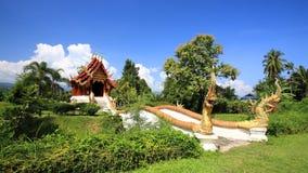 Przeciw niebieskiemu niebu tajlandzki świątynny entance Fotografia Stock