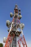 Przeciw niebieskiemu niebu telekomunikacj wierza Zdjęcia Royalty Free
