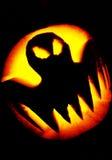 przeciw nietoperzom folującym Halloween nawiedzająca domowa księżyc bani scena Zdjęcie Stock