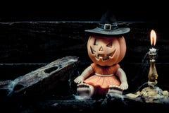 przeciw nietoperzom folującym Halloween nawiedzająca domowa księżyc bani scena Fotografia Royalty Free