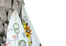 przeciw palmtree opartym surfboards Zdjęcia Royalty Free