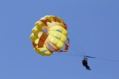 przeciw parasailing błękitny niebu Fotografia Stock