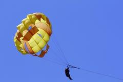 przeciw parasailing błękitny niebu Fotografia Royalty Free
