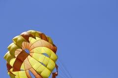 przeciw parasailing błękitny niebu Obraz Royalty Free
