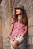 przeciw pięknej dziewczynie stoi t nastolatka który potomstwa Fotografia Stock