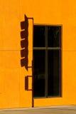 przeciw pomarańczowej cienia stoplight ścianie zdjęcie stock